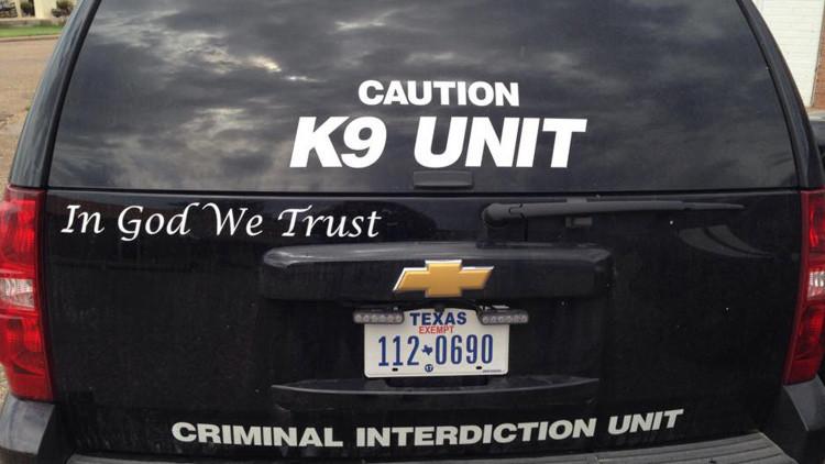 ¿En Dios confiamos? Un mensaje religioso en los coches policiales de Texas genera polémica