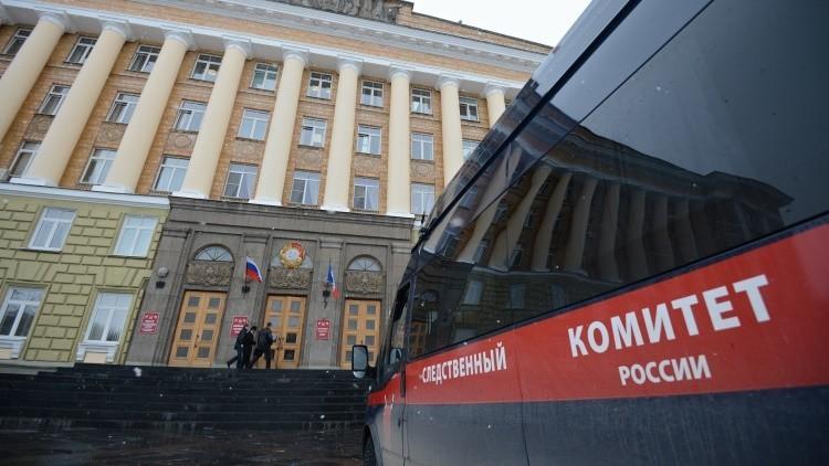 Un vehículo del Comité de Investigación de Rusia frente a un edificio administrativo