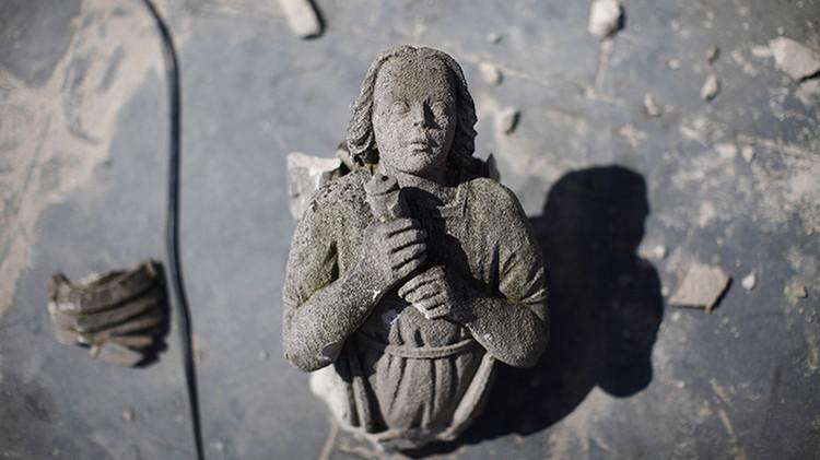 Un ángel de piedra en la azotea de la torre principal de la catedral nacional de Washington después del terremoto del 24 de agosto de 2011