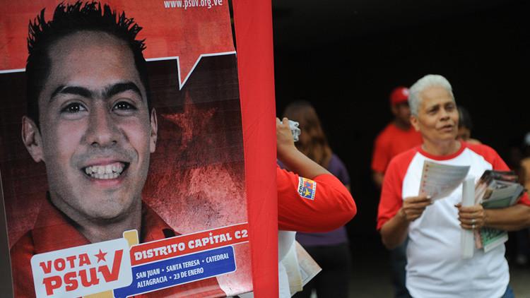 Cartel electoral con la imagen de Robert Serra