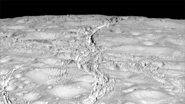Fotos: las extrañas grietas en una luna de Saturno desconciertan a los cientificos