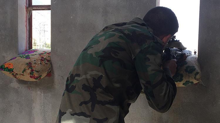 Un soldado sirio está disparando contra las posiciones del Estado Islámico