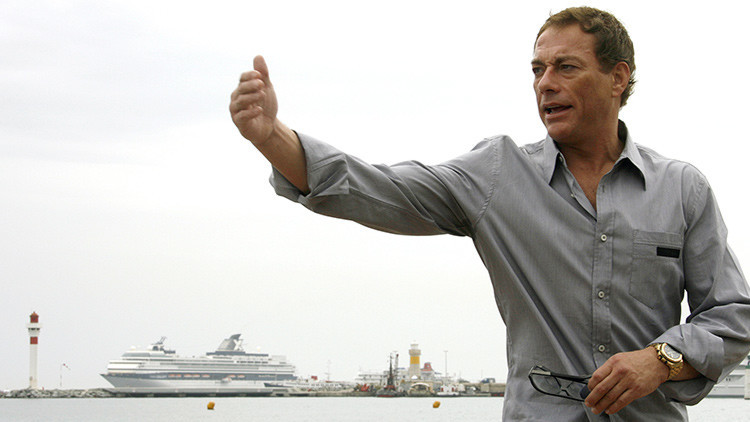 El actor Jean-Claude Van Damme frenta al mar
