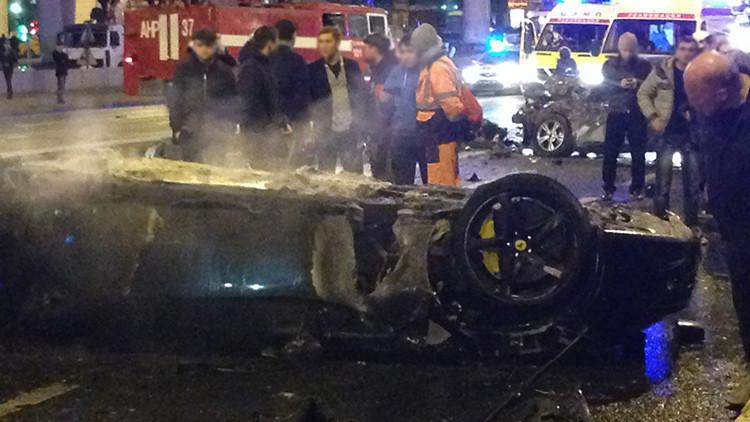 Video: Un adolescente sin licencia estrella un Ferrari de 240.000 dólares en el centro de Moscú