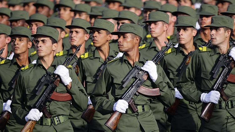 Los soldados cubanos en un desfile militar en La Habana