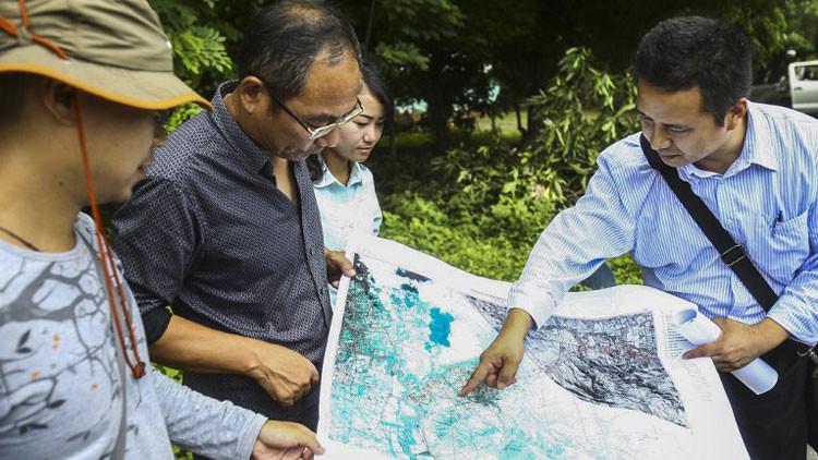 Miembros de la constructora HKND y funcionarios del Gobierno nicaragüense miden los terrenos para la construcción del canal