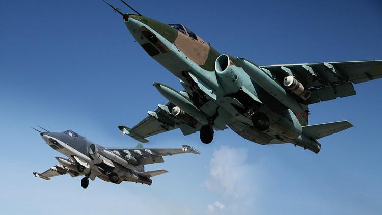 El avión de ataque ruso Su-25 despega de la base aérea de Jmeimim en Siria.
