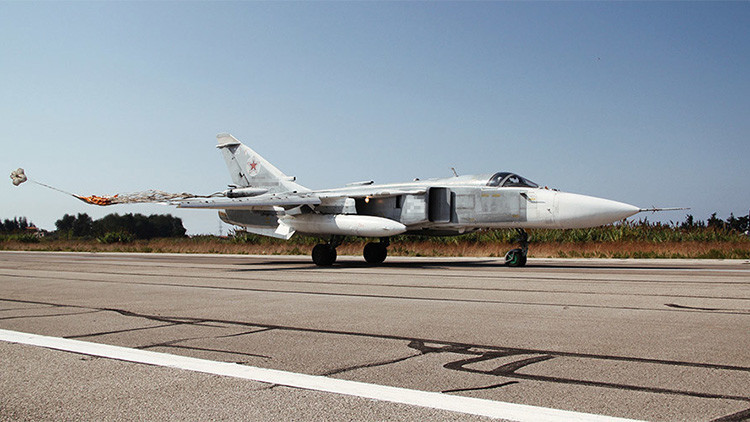 Un avión de combate Su-24 aterriza en la base aérea siria de Khmeimim.