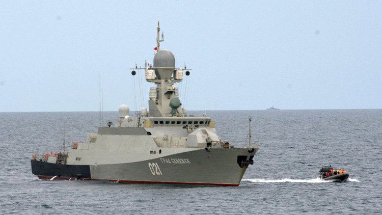 Corbeta lanzamisiles Grad Sviyazhsk durante ejercicios en el mar Caspio