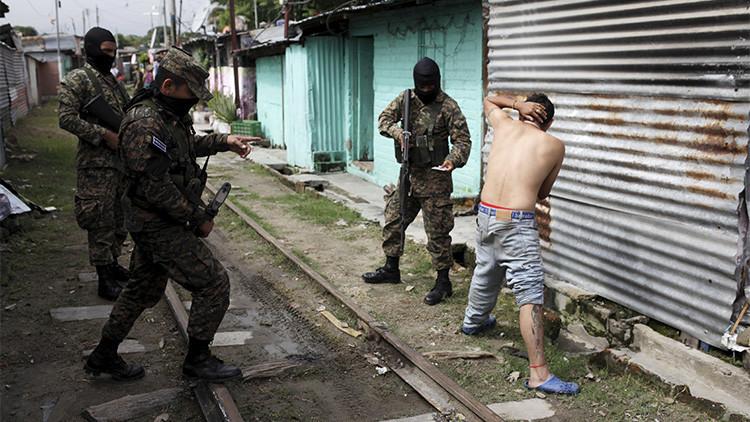 Soldados interrogan a un presunto pandillero durante un patrullaje en la comunidad Amaya, en la ciudad de San Salvador