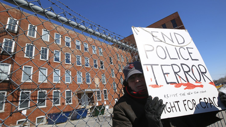 Un manifestante ante el almacén especial de la policía de Chicago Homan Square