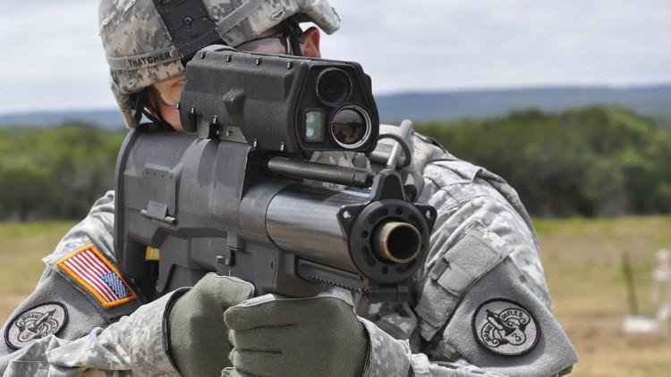 Un soldado apunta con el lanzagranadas XM-25 en el polígono de Aberdeen (EE.UU.)