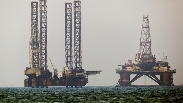 ¿A quién beneficia la caída del precio del petróleo?