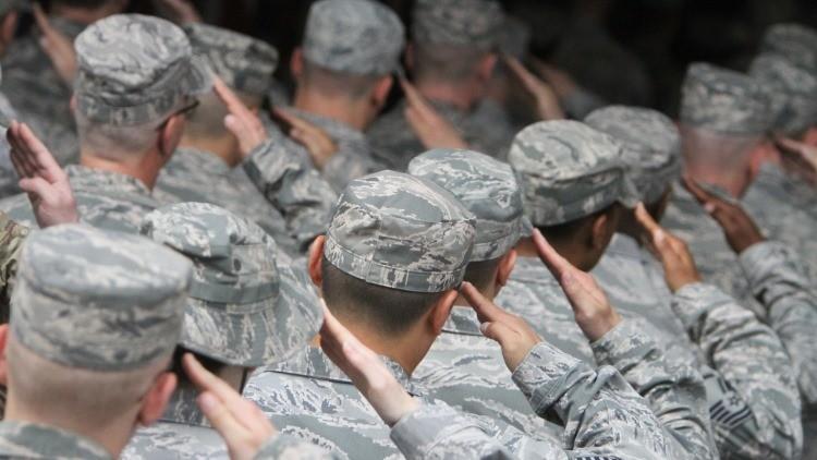 Militares de las Fuerzas Aéreas de EE.UU. en una ceremonia en la base aérea estadounidense en el aeropuerto Manas de Kirguistán.