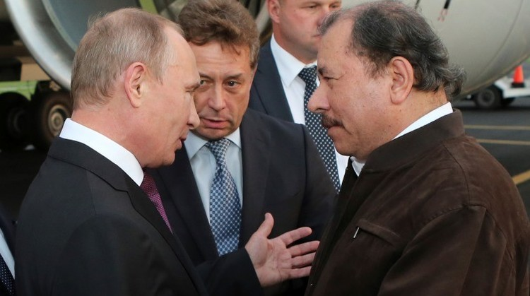 Vladímir Putin con Daniel Ortega, en al aeropuerto internacional de Managua, el 11 de julio de 2014