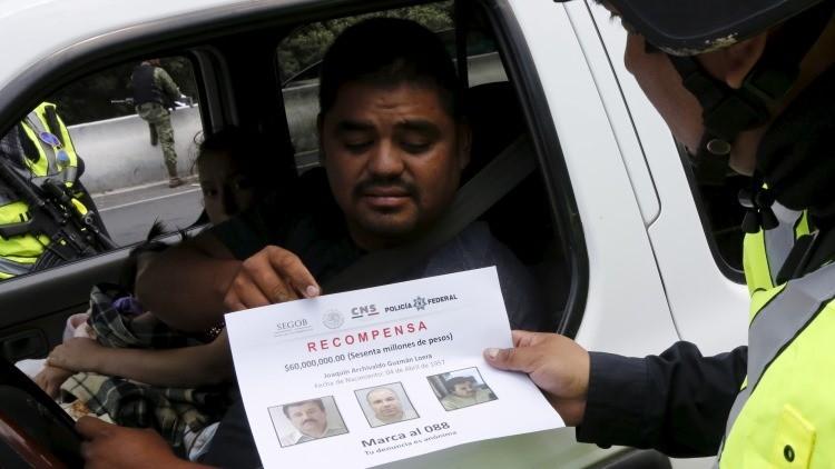 Policía federal reparte volantes a conductores con fotos de 'El Chapo' ofreciendo una recompensa a cambio de información  volantes a