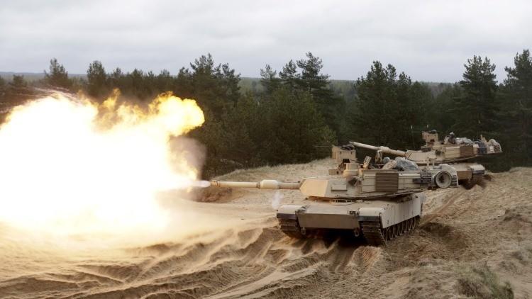 Soldados estadounidenses participan en un ejercicio de entrenamiento con tanques M1A2 'Abrams' en la base militar Adazi en Letonia, 2015.