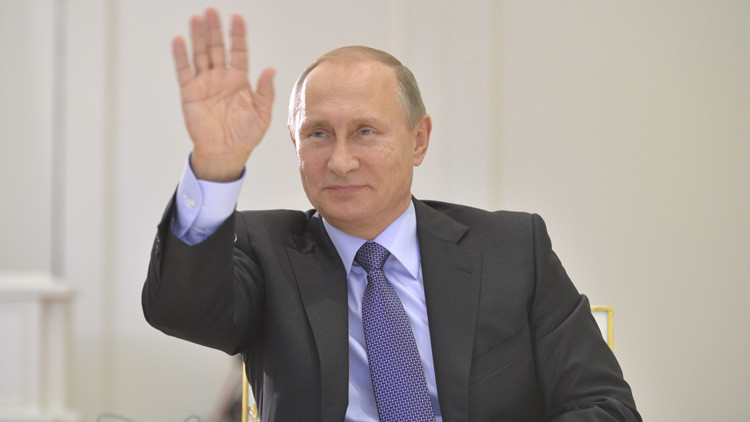 Vladímir Putin saluda a Cristina Fernández de Kirchner durante videoconferencia