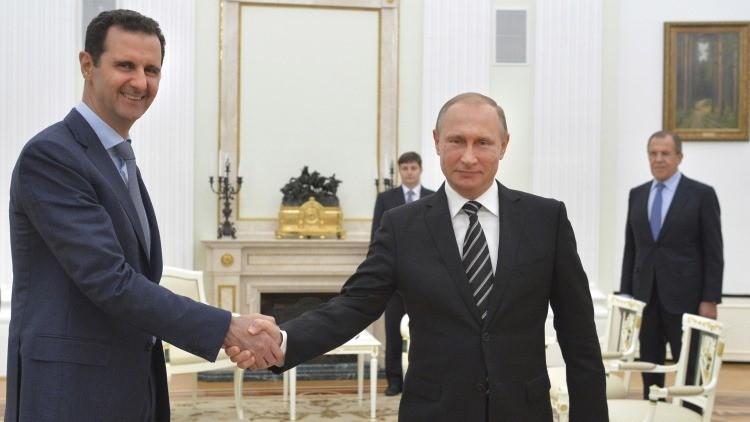 El presidente ruso, Vladímir Putin, y su homólogo sirio, Bashar al Assad, entran en una sala del Kremlin durante su reunión en Moscú, el 20 de octubre de 2015.