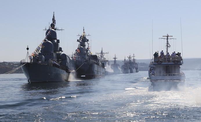Buques militares rusos durante el ensayo para el Día de la Marina en Sebastopol, Crimea, el 24 de julio de 2015