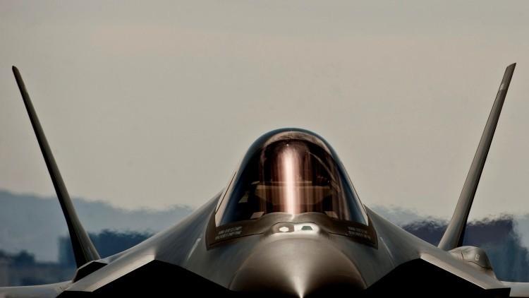 El cuarto avión F-35A Lightning II de la Fuerza Aérea de EE.UU. llega al escuadrón de pruebas y evaluación 422 en la base Nellis en Nevada, 2013.