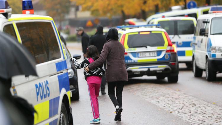 Publican foto del atacante posando con estudiantes antes de acuchillarlos en escuela de Suecia