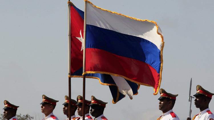 Guardia de honor cubana en una ceremonia conmemorativa a soldados soviéticos en la Habana