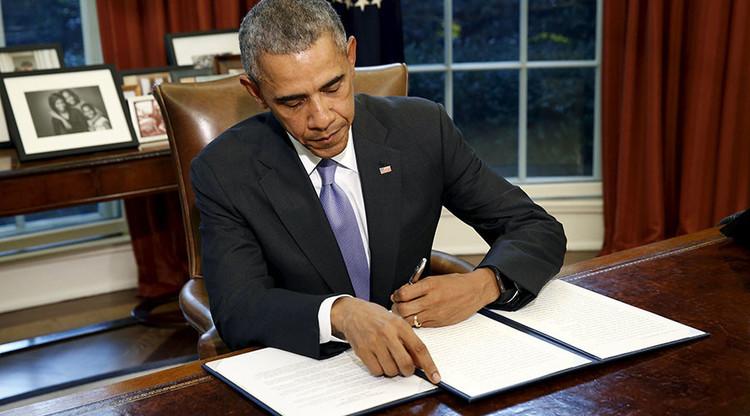Barack Obama veta la Ley de Autorización de la Defensa Nacional para el año fiscal 2016 en la Oficina Oval de la Casa Blanca, Washington, 22 de octubre de 2015.