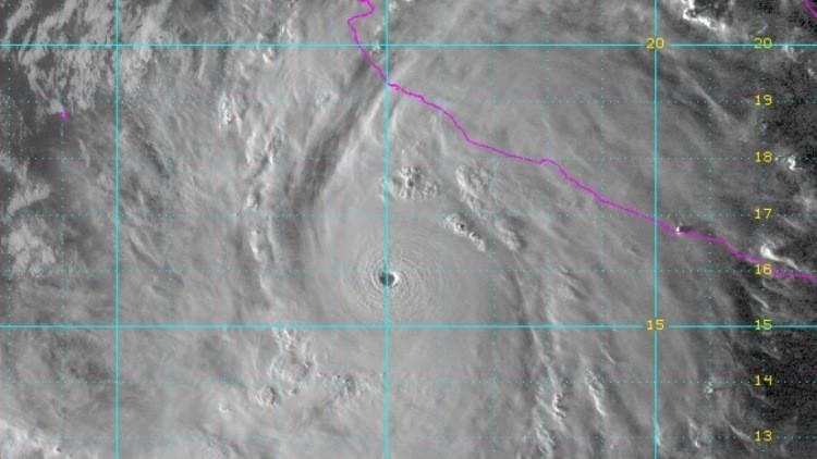 """""""Potencialmente catastrófico"""": Elevan a 5 la categoría del huracán Patricia en México"""