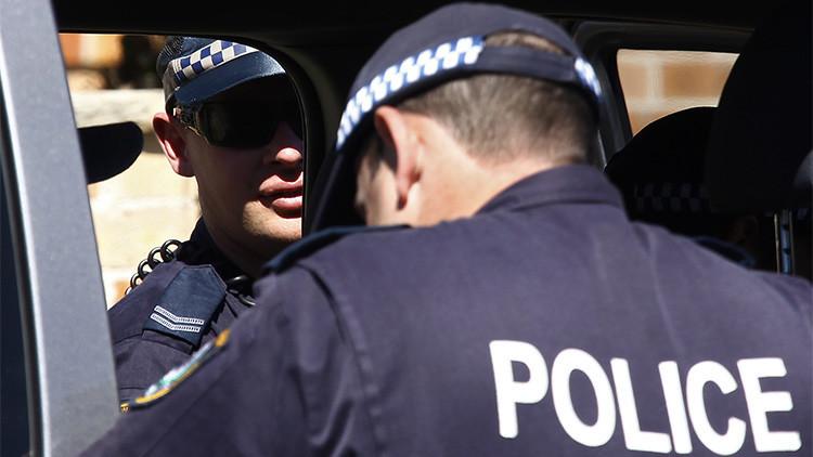 Agentes de policía ante una de las casas que fueron registradas en un suburbio del oeste de Sídney.