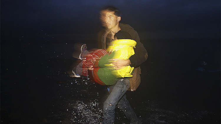 Video: Pescadores turcos rescatan en el mar Egeo a un bebé de refugiados