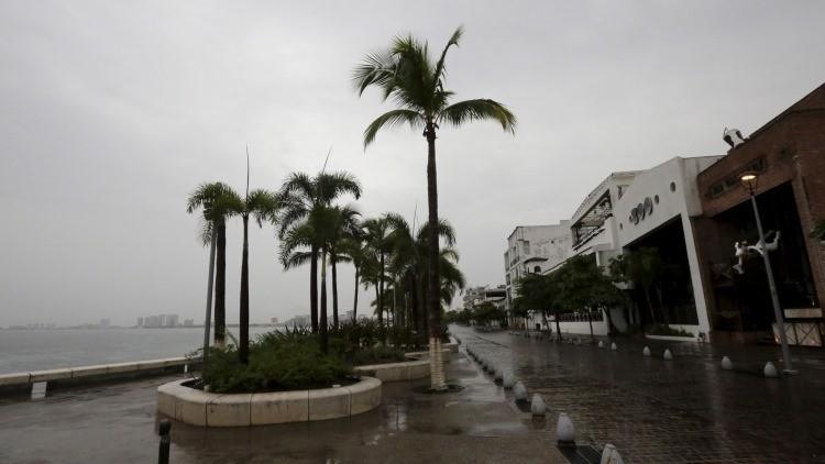 Menos intenso pero aún peligroso: El huracán Patricia baja a la categoría 4