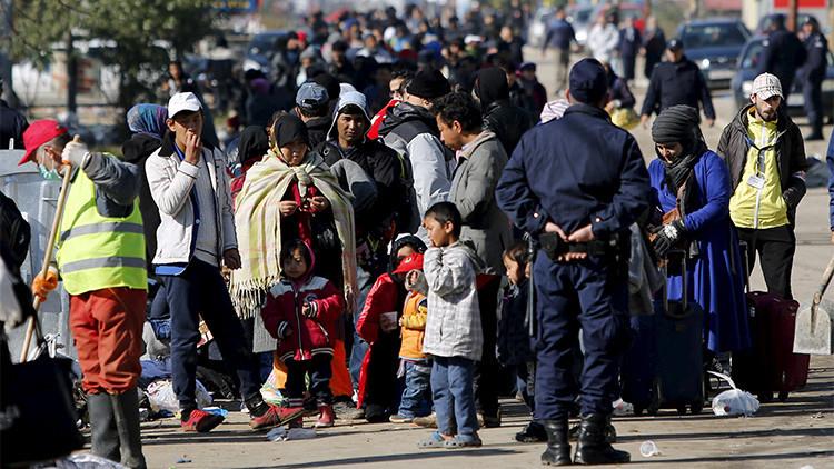 Decenas de refugiados esperan para poder entrar a un campamento en Presevo, Serbia. 25 de octubre de 2015