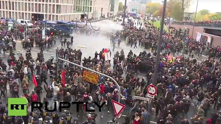 Alemania: La Policía usa cañones de agua contra manifestantes ultraderechistas en Colonia