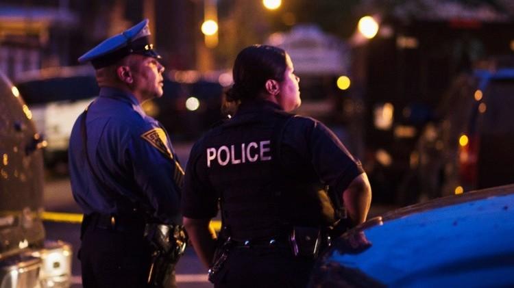 Oficiales de policía al lado de la casa donde un hombre armado tomó múltiples rehenes, Nueva Jersey, 2013.