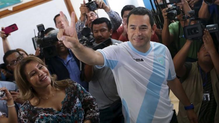 Primeros resultados oficiales: Jimmy Morales lidera la segunda vuelta de las generales en Guatemala
