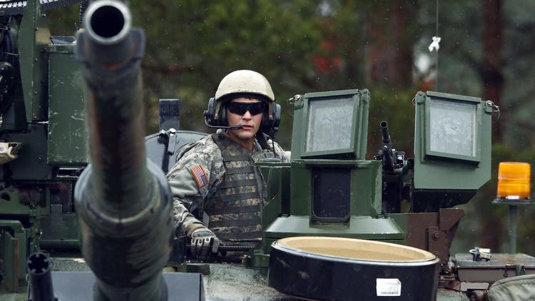 Los tanques Abrams pasan por Europa: EE.UU. 'blinda' Estonia con armamento destructivo