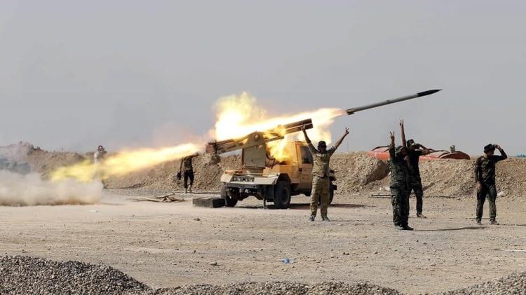 Milicianos chiitas lanzan un misil contra el Estado Islámico en Baiji, Irak, octubre de 2015.