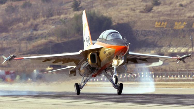 El caza T-50 Golden Eagle, durante su vuelo de entrenamiento en la base aérea Sacheon, a 430 kilómetros al sur de Seúl, Corea del Sur.
