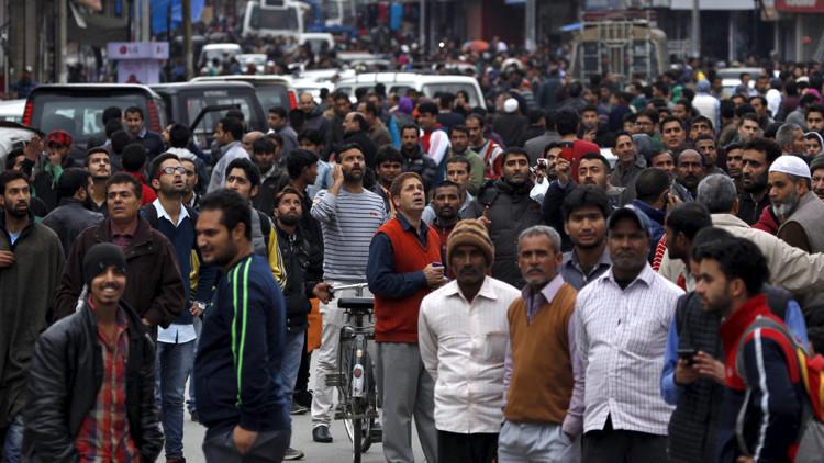 Los indios vaciaron los edificios y salieron a las calles tras los primeros temblores en el valle de Cachemira