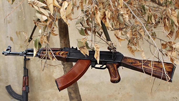 Fusil de asalto soviético AK-47 usado en la guerra civil en Siria.