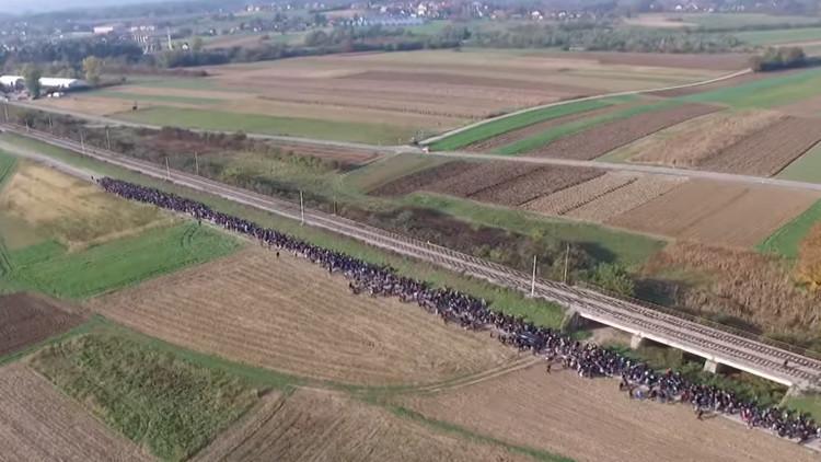 Impactante video: la gran marcha de los refugiados en Eslovenia a vista de dron