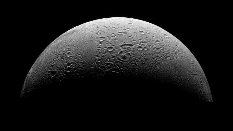 La NASA publica una foto de alta calidad de una misteriosa luna de Saturno