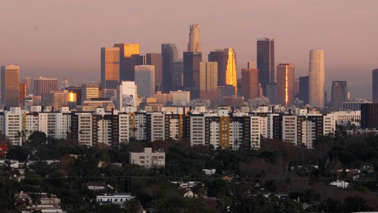Vista del atardecer sobre la ciudad de Los Ángeles desde el décimo quinto piso de un hotel en Beverly Hills.