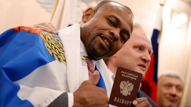 El afamado boxeador Roy Jones obtiene el pasaporte ruso