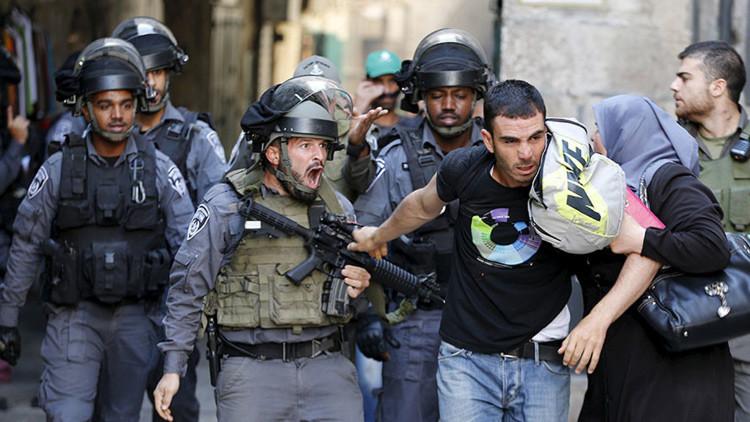 Un Policía israelí impide que un palestino entre en el recinto de la mezquita Al Aqsa, ubicada en el Monte del Templo, el 28 de septiembre de 2015.