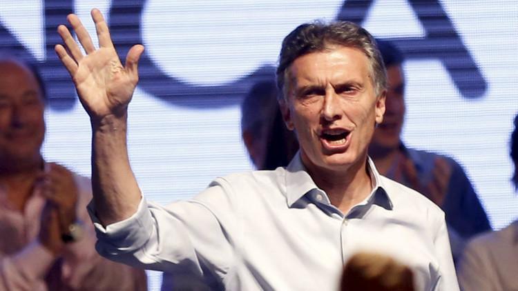 El candidato presidencial por Cambiemos, Mauricio Macri, arenga a sus seguidores tras la elección del domingo 25 de octubre