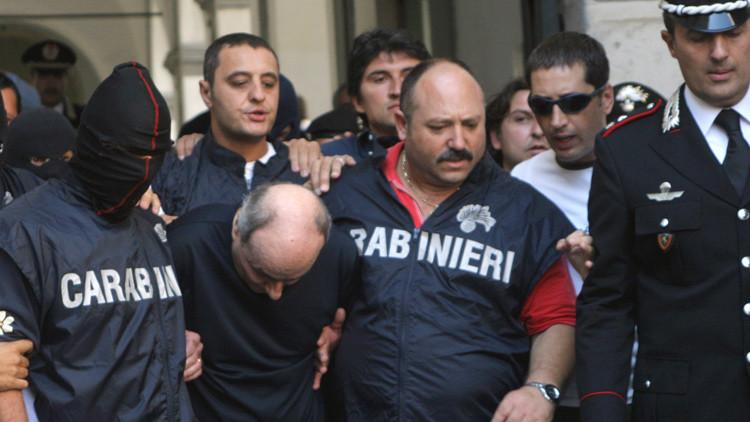 Paolo Di Lauro, líder de un clan de la Camorra napolitana, en manos de los agentes de los Carabinieri tras ser detenido en la ciudad costera italiana de Nápoles el 16 de septiembre de 2005.