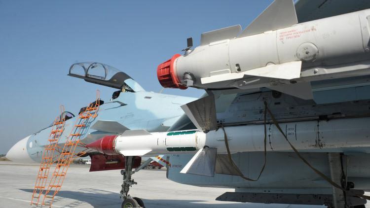 Caza SU-30SM de las Fuerzas Aeroespaciales en la base aérea de Jmeimim en la provincia siria de Latakia.