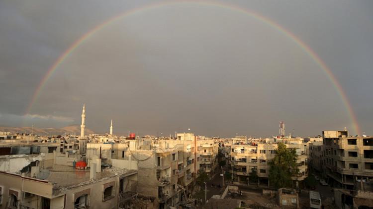 Un arco iris sobre la localidad siria de Douma, cerca de Damasco, el 29 de octubre de 2015.